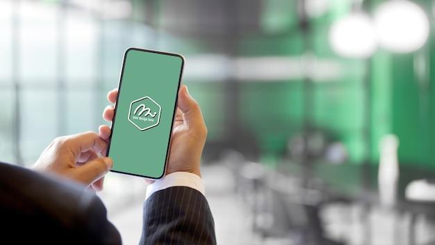 Imagem de empresário segurando maquete de smartphone