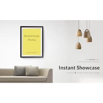 Imagem na parede branca com sofá e as lâmpadas simulam