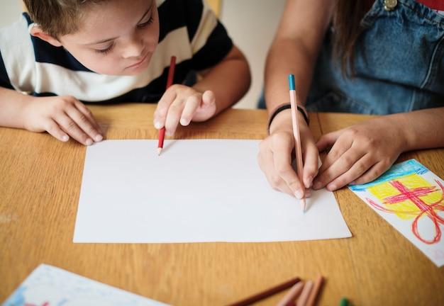 Irmã e irmão de desenho em uma mesa