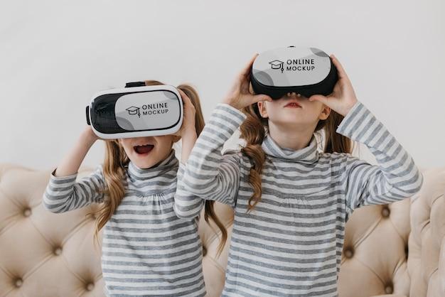 Irmãs com fone de ouvido de realidade virtual