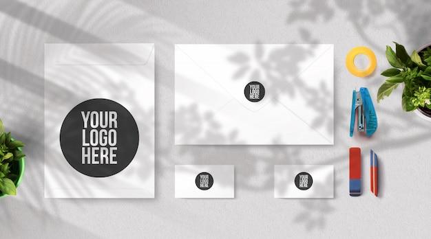 Janela de maquete de envelope e cartão de visita e sombras de árvores