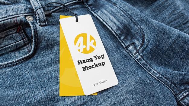 Jeans com uma maquete de design de etiqueta de preço