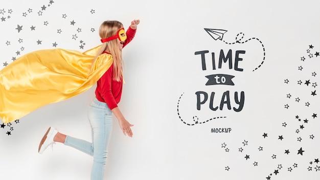 Jogando tempo conceito garota vestindo fantasia
