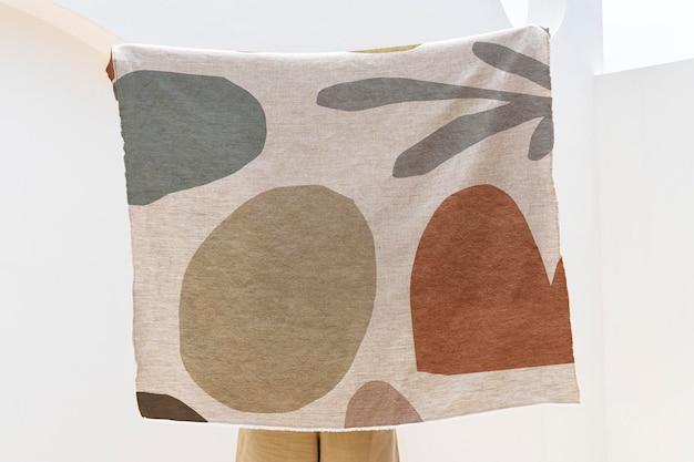 Jogue a maquete do cobertor psd em um padrão abstrato