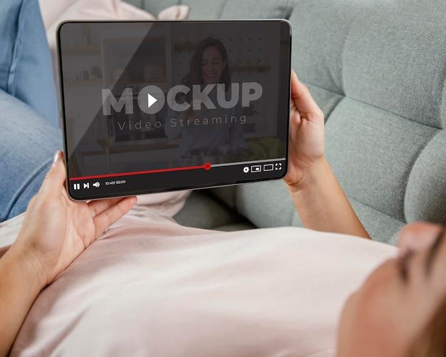 Jovem adulto usando maquete de dispositivo digital
