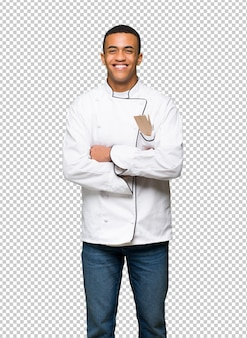 Jovem afro americano chef homem feliz e sorridente