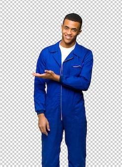 Jovem, afro americano, trabalhador, homem, apresentando, um, idéia, enquanto, olhar, sorrindo, direção