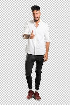 Jovem árabe com aperto de mão de camisa branca depois de bom negócio
