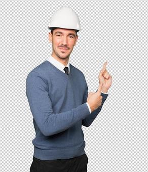 Jovem arquiteto apontando com o dedo