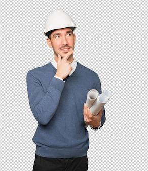 Jovem arquiteto fazendo um gesto de dúvida