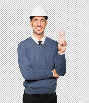 Jovem arquiteto fazendo um gesto de número dois