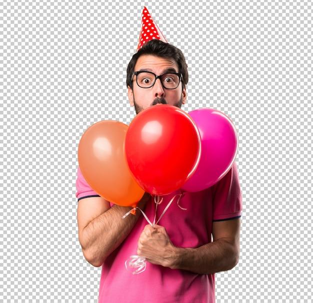 Jovem bonito segurando balões