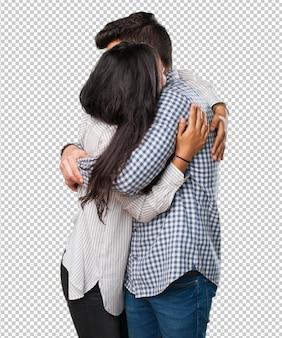 Jovem casal abraçando