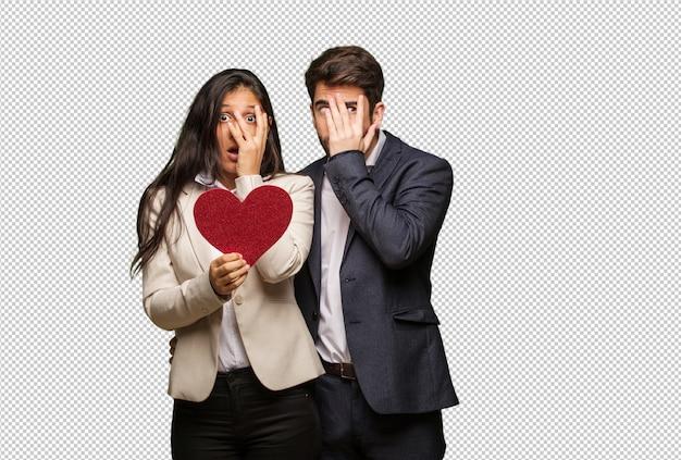 Jovem casal no dia dos namorados se sente preocupado e com medo