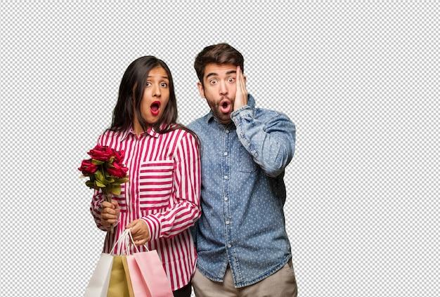 Jovem casal no dia dos namorados surpreso e chocado