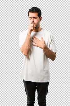 Jovem com camisa branca está sofrendo com tosse e se sentindo mal