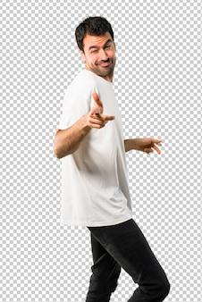 Jovem com camisa branca gosta de dançar enquanto ouve música em uma festa