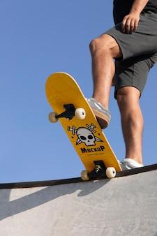 Jovem com skate mock-up