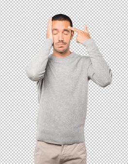 Jovem deprimido fazendo um gesto de suicídio