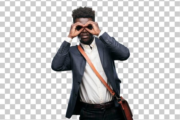 Jovem empresário negro esfregando os olhos em surpresa e descrença