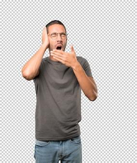 Jovem entediado gesto bocejando