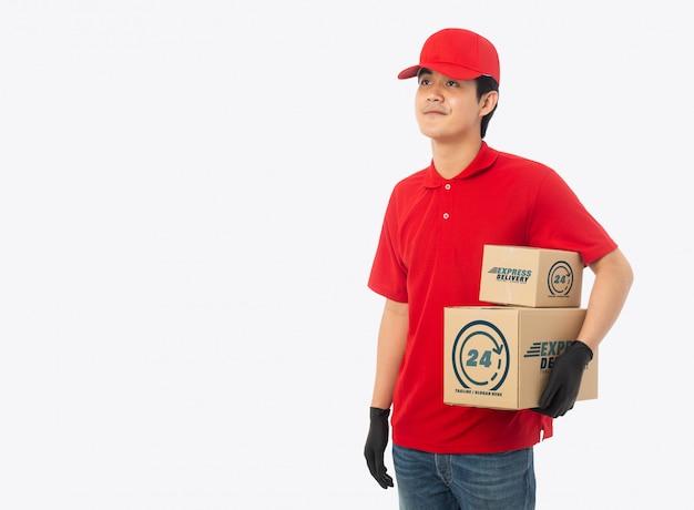 Jovem entregador segurando maquete de caixa de papelão de papel