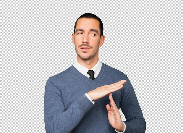 Jovem estressado fazendo um gesto de pausa com as mãos
