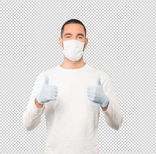 Jovem, fazendo conceitos e usando máscara e luvas de proteção