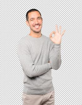Jovem feliz fazendo um gesto certo