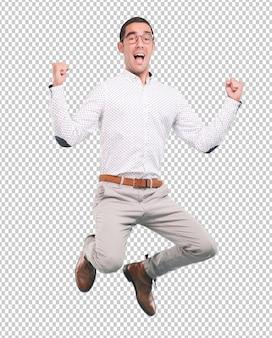 Jovem feliz pulando com um gesto de comemoração - tiro de corpo inteiro