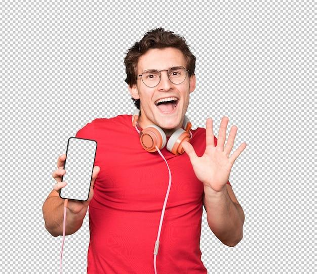 Jovem feliz usando fones de ouvido e um smartphone