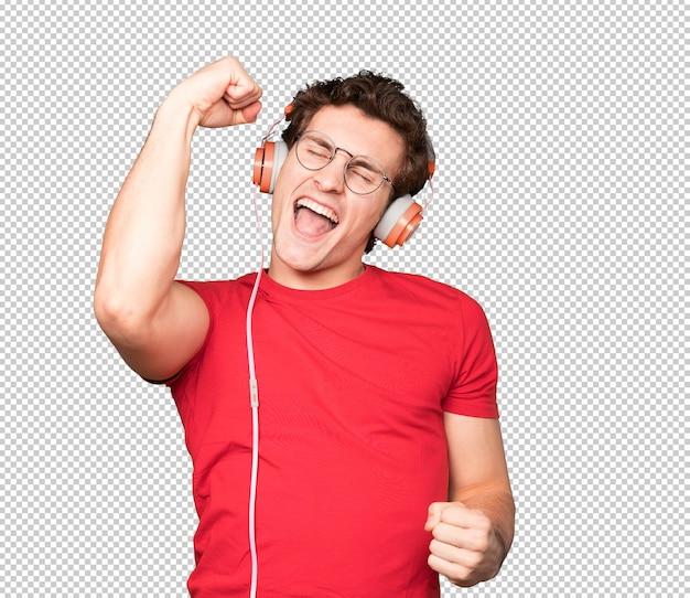 Jovem feliz usando fones de ouvido