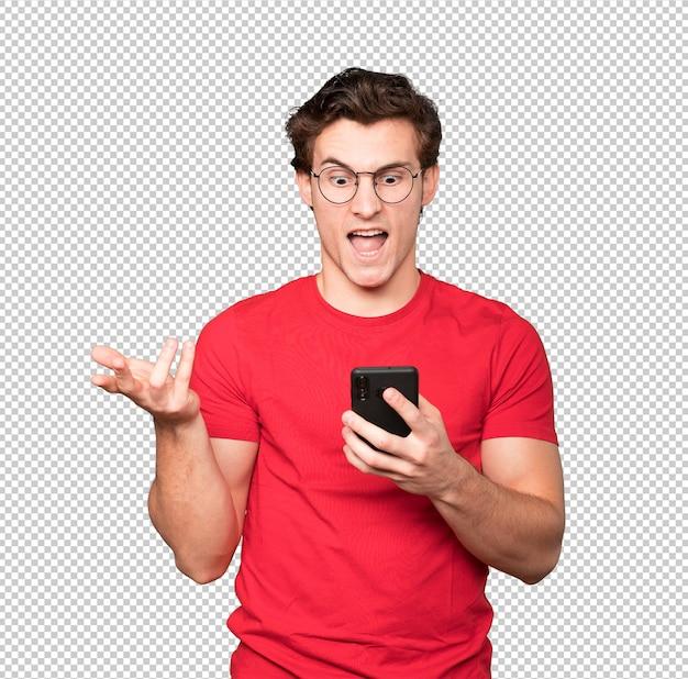 Jovem furioso usando um telefone celular