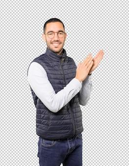 Jovem gentil aplaudindo o gesto