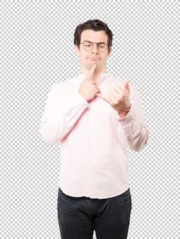 Jovem hesitante, fazendo um gesto de chamar com a mão