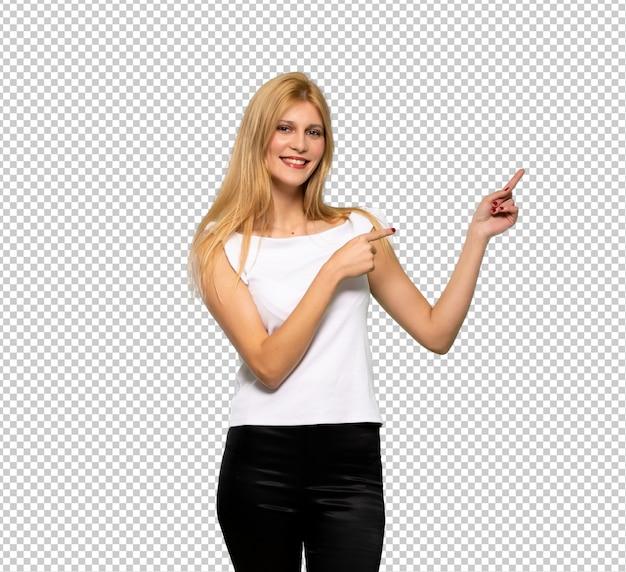 Jovem, loiro, mulher aponta dedo, para, a, lado, em, posição lateral