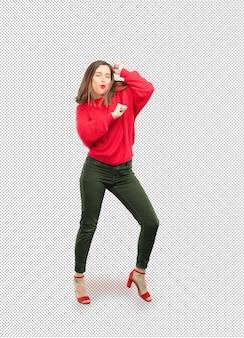 Jovem mulher bonita dançando