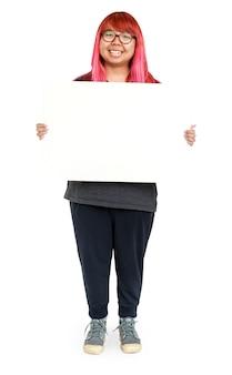 Jovem mulher com cabelo rosa segurando placa vazia para publicidade de comunicação