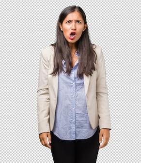 Jovem mulher de negócios indiano muito irritado e chateado, muito tenso, gritando furioso, negativo e louco
