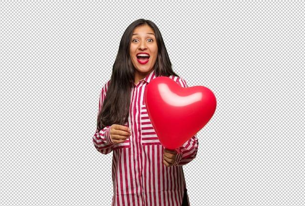 Jovem mulher indiana comemorando o dia dos namorados