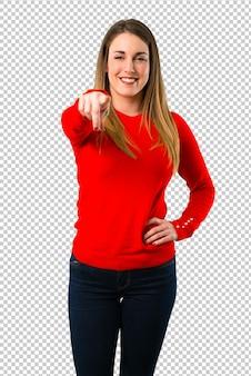 Jovem mulher loira aponta o dedo para você