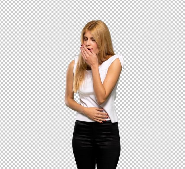 Jovem mulher loira está sofrendo com tosse e se sentindo mal