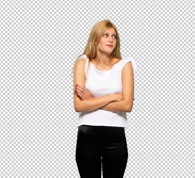 Jovem mulher loira fazendo dúvidas gesto enquanto levanta os ombros