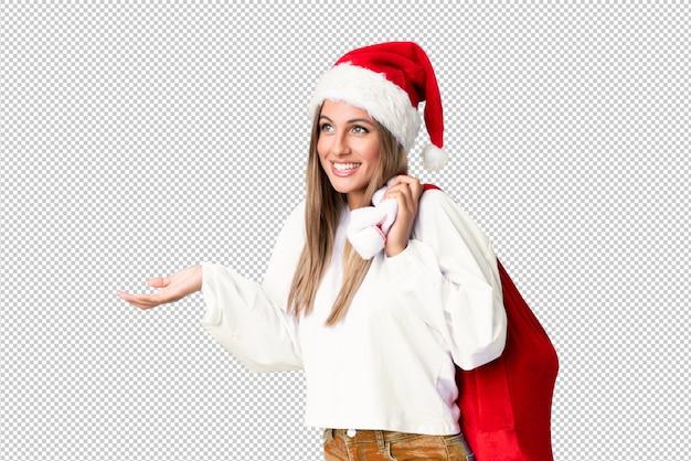 Jovem mulher loira pegando uma sacola cheia de presentes