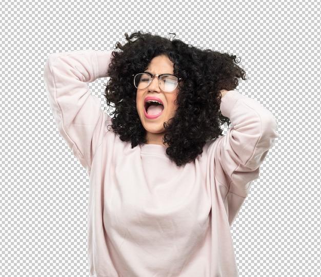 Jovem mulher louca e gritando