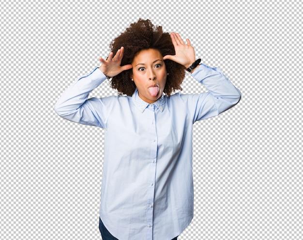 Jovem mulher negra mostrando a língua