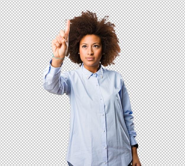 Jovem mulher negra tocando a tela