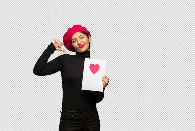 Jovem mulher no dia dos namorados, apontando os dedos, exemplo a seguir