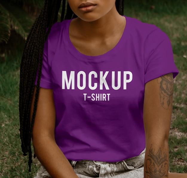 Jovem mulher vestindo maquete de t-shirt