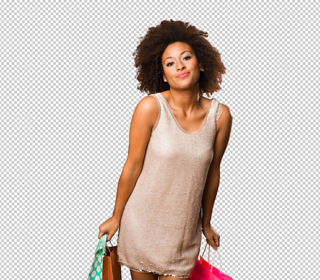 Jovem negra segurando sacolas de compras